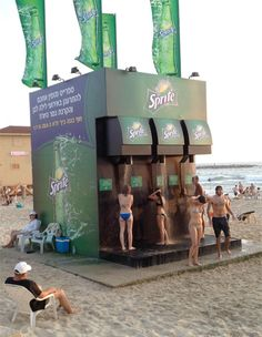 ブラジル・リオデジャネイロに出現したディスペンサー型のシャワーマシン。出てくるのは本物のスプライトではなく、ただ普通の水だが、ディスペンサー=冷たい飲み物が出てくるというイメージがあるので、見た目にも涼しげに感じさせることができる。日常にささやかな驚きを与えてくれるアイデア広告。
