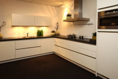 Moderne hoekkeuken Home And Living, Home Kitchens, New Homes, Kitchen Cabinets, Home And Garden, Decoration, Interior, Leiden, House