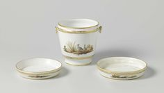 Manufactuur Oud-Loosdrecht | Onderschotel van porselein, Manufactuur Oud-Loosdrecht, 1774 - 1784 | Onderschotel van porselein. Veelkleurig beschilderd met landschappen, op de bloempot met vogels, en onder en boven gouden banden.