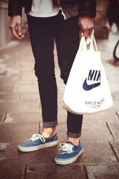 This is really a tough girl, in combination with those vans & nike bag, the picture became super nice.