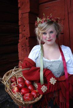 Romantic interpretation of 19th century skravelkronor. Perfect for a colourful fairytale themed wedding.