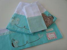 Kit Borboleta é um encantado!!! É composto por uma fralda toalha confeccionada em fralda de ótima qualidade com barrado em tricoline (100% algodão), e com delicadas aplicações. Ideal para enxugar a pele delicado do seu bebê. Uma fralda de ombro dupla confeccionada em fralda de ótima qualidade c...