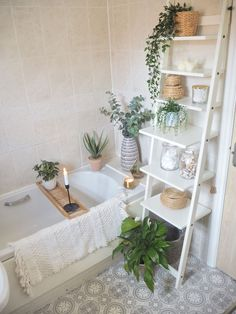 Simple Bathroom, Bathroom Small, Small Bathroom Decorating, Bathroom Vinyl, Bathroom Flowers, Cute Bathroom Ideas, Boho Bathroom, Bathroom Inspo, Decoration For Bathroom