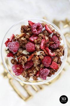 Deser na śniadanie? Czemu nie :) Domową granolę najczęściej pieczemy w piekarniku, w większej ilości. Wprzypadku, kiedy nie potrzebujemy całego słoika granoli lub obudziliśmy się rano bez niego, możecie domową granolę szybko przygotować na patelni. Płatki owsiane przesmaża się na zdrowym oleju kokosowym, następnie dodaje odrobinę miodu. Gdy całość się ze złoci zdejmujemy z ognia,…