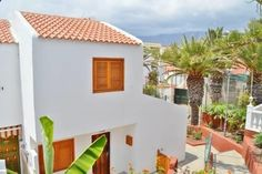 Tenerife Town House Adeje Situated in Adeje, this apartment features a patio. Tenerife Town House boasts views of the sea and is 400 metres from Aqualand. There is a seating area and a kitchen equipped with an oven. A flat-screen TV is featured.