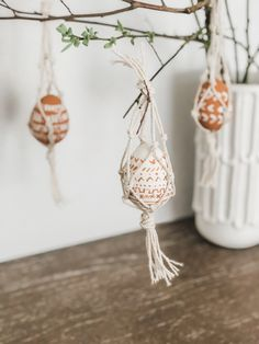 DIY Boho Easter Decor Easter Eggs in a Mud Cloth pattern hanging from Macrame hammocks Easter Egg Crafts, Easter Eggs, Diy Osterschmuck, Diy Ostern, Boho Diy, Boho Decor, Easter 2021, Diy Easter Decorations, Easter Holidays