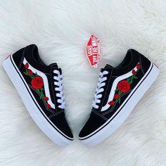 White Nike Shoes, Nike Air Shoes, Jordan Shoes Girls, Girls Shoes, Vans Old Skool, Old School Vans, School Shoes, Vans Vintage, Custom Vans Shoes