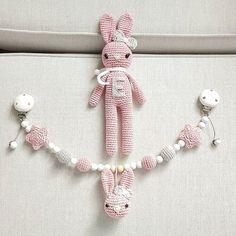 Nach langer Zeit nochmal was für Mädchen :-) Kinderwagenkette und Schmusehase in schönem Altrosa @8esilia8  #häkeln #crochet #gehäkelt #babygirl #baby2016 #kinderwagenkette #schmusehase #handmade