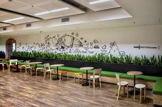 Canteiro interno com arte gráfica + mesinhas para convivência e lanches rápidos - Inside Envatos Melbourne Headquarters