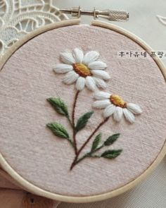 crewel embroidery how to Hand Embroidery Projects, Crewel Embroidery Kits, Floral Embroidery Patterns, Hand Embroidery Videos, Hand Work Embroidery, Simple Embroidery, Japanese Embroidery, Silk Ribbon Embroidery, Hand Embroidery Designs