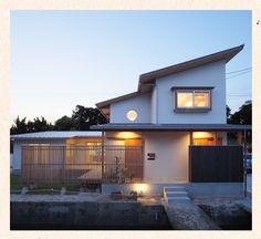 このひさしの長さ、かっこいいね~。 Japanese Style House, Casa Cook, Arch Architecture, Fancy Houses, Architect House, Facade, Shed, Villa, Outdoor Structures