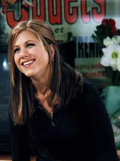 These Famous Rachel Green Haircuts Became Today's Top Hair Trends Thanks to the Jennifer Aniston for predicting top trending haircuts in her famous Friends TV show! Rachel Green Outfits, Rachel Green Friends, Rachel Green Style, Rachel Green Hair, Friends Moments, Friends Tv Show, Jennifer Aniston 90s, Jennifer Aniston Friends, Jennifer Aniston Haircut