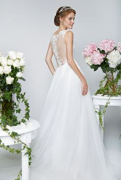 A Stunning Illusion Back And Feminine Sweetheart Neckline Edged In Fl Lace Liqués Bridal Boutique Singapore