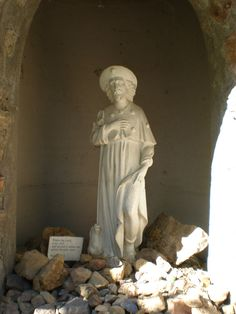 A close up of the figure of Sainte Roch in the shrine.