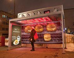 Para promover as suas novas sanduíches quentes, a Caribou Coffee's transformou algumas paragens de autocarro, nos Estados Unidos, em fornos elétricos.   Pormenor: como está bastante frio, a paragem de autocarro aquece de verdade. Uma excelente ideia.    Agência: Colle+McVoy  Via: Criação Criativos