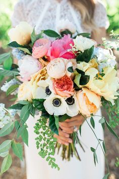 wedding flower trends - white and black anemone wedding flower bouquets Wedding Flower Guide, Summer Wedding Bouquets, Summer Wedding Colors, Flower Bouquet Wedding, Anemone Wedding, Flower Bouquets, Bridal Bouquets, Moss Green Wedding, Lilac Wedding