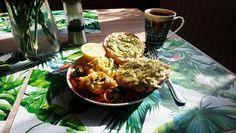 Moja propozycja szybkiego śniadania. Jajecznica ze szpinakiem + bułka z avokado,pieprzem i cytryną.