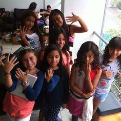 Ellas también vinieron a engreirse por su cumpleaños. #niñas #manicure #toquefiesta