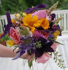 Lovely centerpiece ideas for kitchens and tables.  #centerpeice #flowers #tabledecorations #bouquets #ForRent.com  http://blog.forrent.com/apt_life/retire-your-vase#.UNIvrORFsho