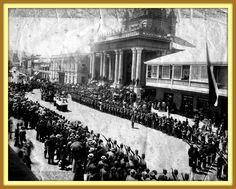 https://flic.kr/p/aY1e8z | Corregido: Funerales de Estado para Arturo Prat con el presidente Balmaceda, Valparaiso  21 de mayo de  1888 en la Iglesia del Espiritu Santo Chile | Estimados amigos por un error les contaba que eran los funerales del presidente Balmaceda, en realidad corresponde al funeral de Arturo Prat en Valparaiso.  El arribo de los héroes El 21 de mayo de 1886 fue inaugurado el monumento. No obstante, el primer héroe sepultado en la cripta fue el del Comandante de la…