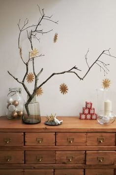 クリスマスのディスプレイ。キャビネットの上が少しさみしかったので枝ツリーを作ろうと枝を探しに近くの森へ。改めて見るとジャングルですが…近所の人たちのお散歩...