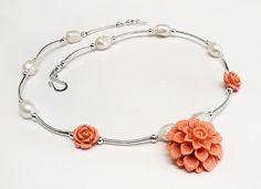 collana con perle di fiume, tubetti argentati e rose di resina corallo 10€