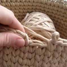 Para as meninas que ainda têm dúvidas de como terminar uma carreira de ponto alto centrado e iniciar outra, com perfeição By @knitarea.ru . . #videoaula #pontobaixocentrado #crochet