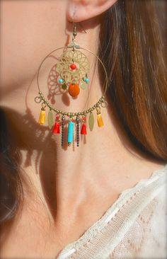 Créole anneau et estampe bronze, pompon rouge et orange, perle tube turquoise -Bijoux ENORA-