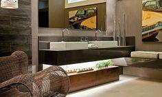 Para um banheiro moderno a designer de interiores Syrlene Del Paulicchi sugere linhas retas e cores neutras, como o cinza e o marrom, que prevalecem no banheiro assinado pela própria designer. As cubas de apoio ficam sobre a bancada de aglomerado de quartzo e resina.