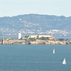 San Francisco is famous for its old prison: Alcatraz! Have you ever been there? A mysterious and scary place... #SF #USA