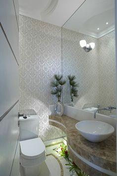 Lavabo todo branco e papel de parede.