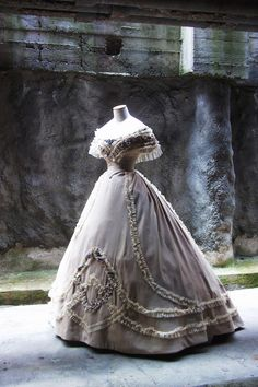 Reproduction 2014. ANTIcostume: 1861 BALL GOWN. Site is in Italian.