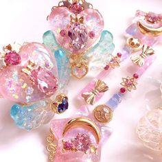 埋め込み画像への固定リンク Kawaii Jewelry, Kawaii Accessories, Cute Jewelry, Bottle Charms, Resin Charms, Magical Jewelry, Glitter Wallpaper, Fantasy Jewelry, Cute Crafts