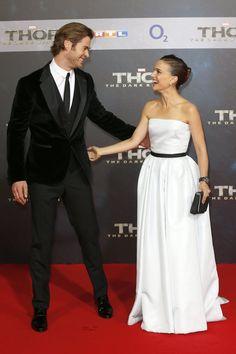 Pin for Later: Der Sexiest Man Alive macht sich doch ganz gut als Accessoire  Auch Natalie Portman konnte seinem Charme bei der Premiere von Thor in Berlin nicht widerstehen.