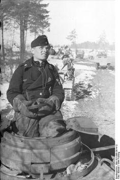 Rußland.- Schützenpanzer und Panzer in Fahrt auf verschneiter Strecke, Panzersoldat in Turmluke eines Panzers, Frühjahr 1944; PK 670                                                                                                                                                     Mehr