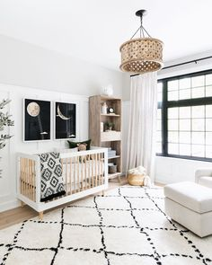 Black and white and minimal all over for this gender neutral boho nursery design. Loving the wood carved ceiling pendant and the graphic rug. Source by engelchenflieg nursery boy Baby Bedroom, Baby Boy Rooms, Baby Boy Nurseries, Baby Room Decor, Nursery Decor, Boho Nursery, Elephant Nursery, Nursery Themes, Gray Nursery Boy