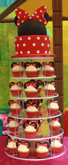Scarlett would die, she LOVES Minnie Mouse! Minnie mouse cake and cupcakes Minni Mouse Cake, Minnie Mouse Theme, Minnie Mouse Candy Bar, Minnie Mouse Cupcake Cake, Minnie Mouse Cookies, Decoration Minnie, Cupcakes Wallpaper, Bolo Minnie, Mickey And Minnie Cake