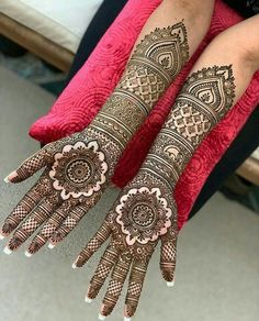 These stuning simple mehndi designs will suits you on every occassion. In Indian culture, mehndi is very important. On every auspicious occasion, women apply mehndi to show the importance of the occasion. Henna Hand Designs, Mehndi Designs Finger, Wedding Henna Designs, Latest Bridal Mehndi Designs, Indian Henna Designs, Full Hand Mehndi Designs, Mehndi Designs For Girls, Mehndi Designs 2018, Mehndi Design Photos