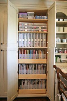 キッチンの小物を、ステーショナリー用のケースを用いて収納するアイディア。