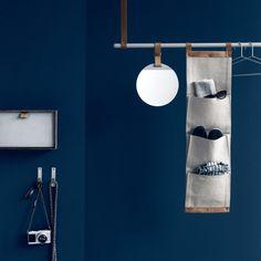 """Danke des Lederbandes des """"Enter"""" - Spiegels von ferm Living kann der Spiegel einfach an Stangen und Haken befestigt werden."""
