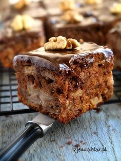 Ciasto Salceson. Składniki:(na blachę o wym. 20x30 cm )  ciasto:  3 duże jajka2 szklanki mąki pszennej1 szklanka cukru1/2 szklanki oleju1/2 szklanki jogurtu naturalnegocukier wanilinowy1 łyżka kakao1 łyżeczka cynamonu1 łyżeczka proszku do pieczenia1 łyżeczka sody oczyszczonej  ponadto:  4 duże jabłka1 szklanka orzechów włoskich