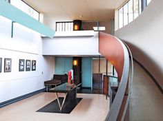 #LeCorbusier supo integrar la policromía en el #espacioarquitectónico de manera magistral y singular.En el hall principal de la #MaisonLaroche, el genio de #LachauxdeFonds baña en tonalidades grises los elementos que pretende relegar a un discreto plano secundario. Es el caso del pasamanos de la rampa, el radiador y la mesa. #ZelariDeNuzzi