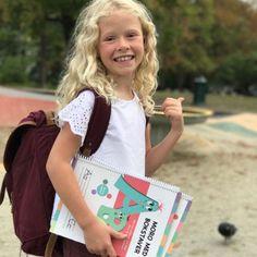 De er designet for at barna enkelt kan lære seg bokstaver og tall. De kan se, lese, telle, skrive: alt etter alder og utvikling.  Sidene er laminert slik at barna kan skrive og vaske bort, om og om igjen.  Her kan barna tilegne seg viktig kunnskap på en morsom og praktisk måte. Barn, Design, Creative, Converted Barn, Barns, Shed, Sheds