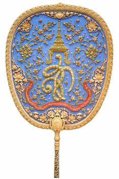 Graphic Design สไตล์รัตนโกสินทร์ที่แหวกขนบเพื่อสร้างสิ่งใหม่บนหน้าตาลปัตรพระ Thai Art, Thai Thai, Thailand Art, Thai Tattoo, Thai Style, Bridal Outfits, Asian Art, Buddha, Embroidery
