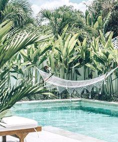Awesome Minimalist Small Pool Design With Beautiful Garden Inside Design minimalista de piscina pequena e bonita com belo jardim por dentro Diy Swimming Pool, Swimming Pool Designs, Piscine Diy, Kleiner Pool Design, Backyard Hammock, Hammocks, Hammock Ideas, Pool Backyard, Small Pool Design