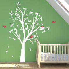 babykamer kleuren natuurlijk met groene wand en boom