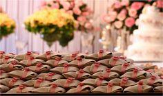 Como tudo em um casamento, o bem-casado é cheio dos seus simbolismos.   www.noivinhostopodebolo.com