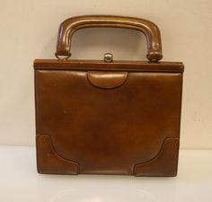 Schöne klassische Vintage Damenhandtasche. Original 50er / 60er Jahre! Marke: DEY/Made in W.-Germany.  Die tolle Vintage Tasche ist aus feinem Leder braun. mit einem auffälligen schönen...