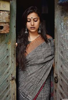 Beautiful indian women in saree a plus looks in 2019 ин Indian Photoshoot, Saree Photoshoot, Portrait Photography Poses, Photography Poses Women, Indian Photography, Face Photography, Portraits, Outdoor Photography, Sari