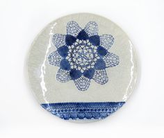 Wohndeko Wand Dekor Keramik Teller mit Spitze und Krakelee, in blau und weiß, handgemacht by Tanja Shpal www.etsy.com/de/shop/KunstLABor